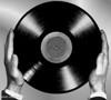 jak držet desku, jak držet gramofonovou desku, držení gramo desky, dlaně drží desku po stranách - na hraně,deska se držená za hrany - okraje vinylu
